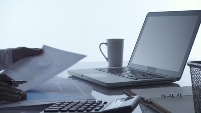 4k dolly: affärsman som arbetar med dator laptop - människofinger bildbanksvideor och videomaterial från bakom kulisserna