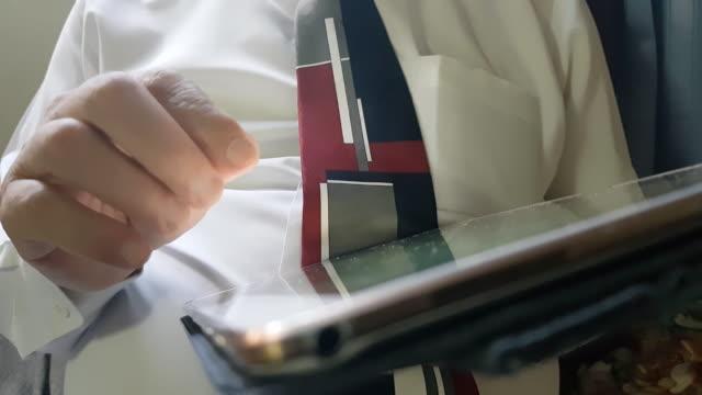 vídeos de stock, filmes e b-roll de empresário, trabalhando com computador digital tablet e smartphone e laptop com estratégia de negócios financeiros - neckwear