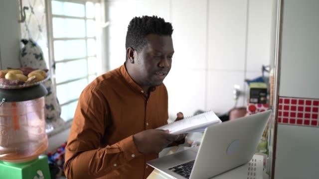vídeos y material grabado en eventos de stock de empresario trabajando con computadora portátil y haciendo una videoconferencia en casa - evento virtual