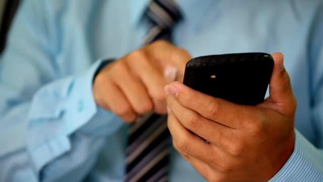vídeos de stock, filmes e b-roll de empresário trabalhando com smartphone - send