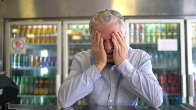 affärsman orolig på sin stormarknad - kris bildbanksvideor och videomaterial från bakom kulisserna