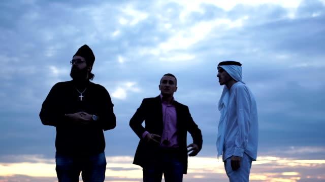 vídeos de stock, filmes e b-roll de parceiro businessmans e árabes, olhando para a terra - padre