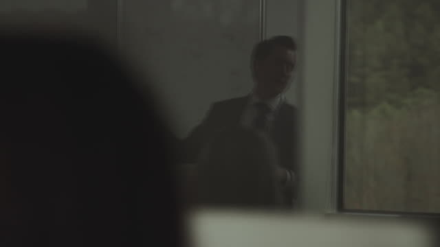 vídeos de stock e filmes b-roll de businessmanís reflection in glass talks at conference meeting. - vestuário de trabalho formal
