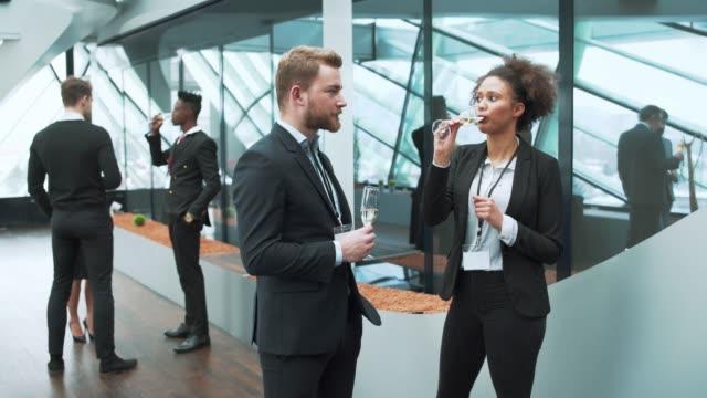 Hommes d'affaires et femme buvant du champagne lors d'une pause