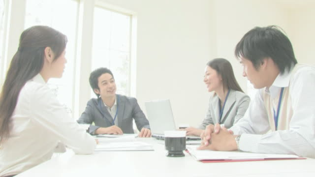 businessmen and businesswomen having a meeting - 法人ビジネス点の映像素材/bロール