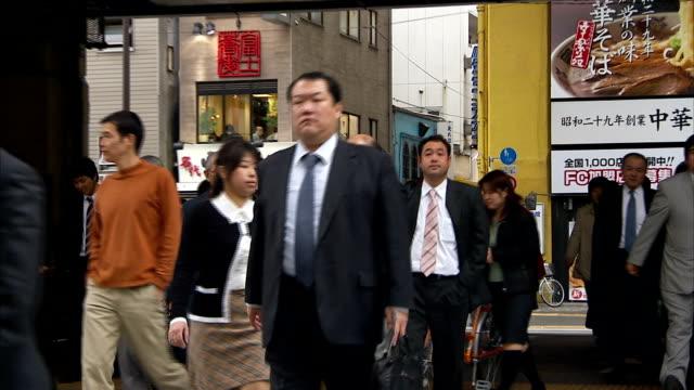 vídeos de stock, filmes e b-roll de businessmen and women cross a busy intersection. - trabalhadora de colarinho branco