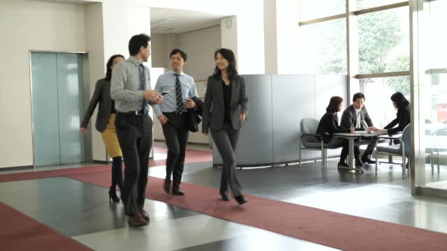 vídeos de stock e filmes b-roll de empresário e mulher andar e a falar - staff meeting