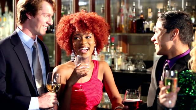 Zakenmannen en -vrouwen met een drankje bij bar