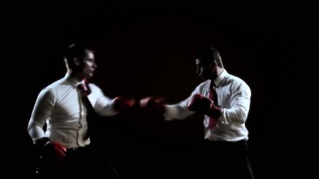 vídeos de stock e filmes b-roll de hd: empresário de boxe - camisa e gravata