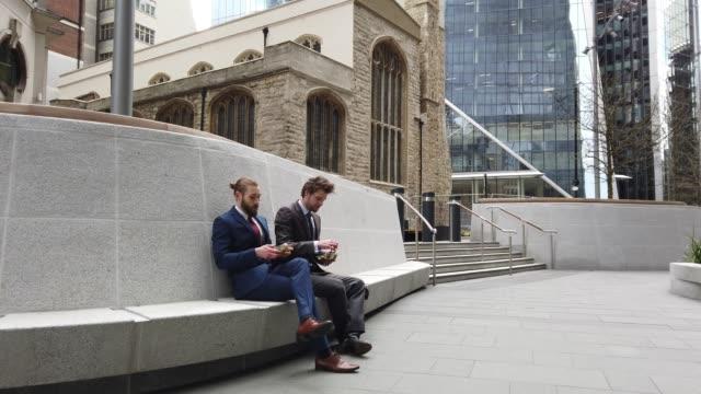 vidéos et rushes de collègues d'hommes d'affaires sur l'aller dans la ville-centre de londres - pause déjeuner