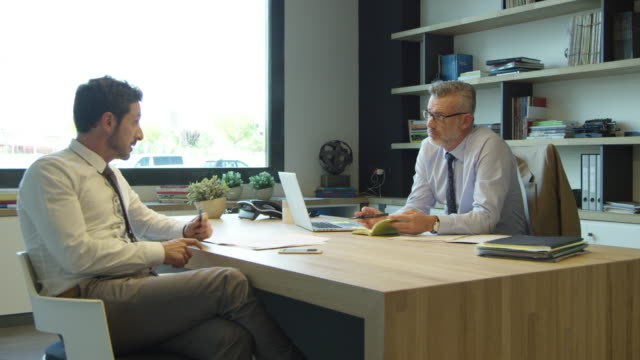 vídeos y material grabado en eventos de stock de empresarios discutiendo en escritorio de oficina - organizador electrónico