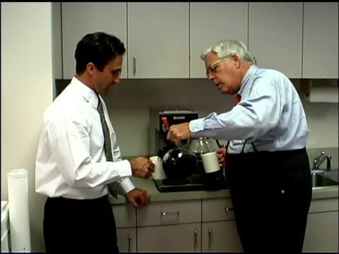businessmen getting coffee - nur männer stock-videos und b-roll-filmmaterial