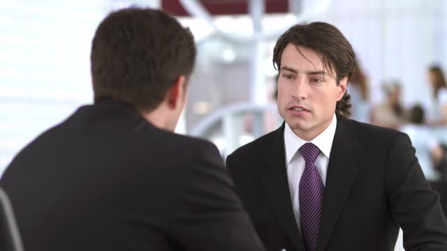 vídeos de stock e filmes b-roll de hd: empresário ter conversa - banco edifício financeiro