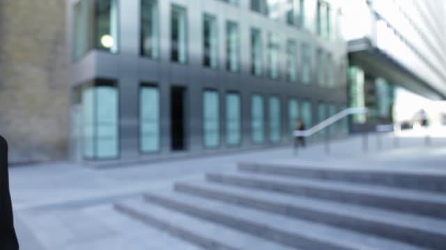stockvideo's en b-roll-footage met businessmen having conversation whilst walking - compleet pak