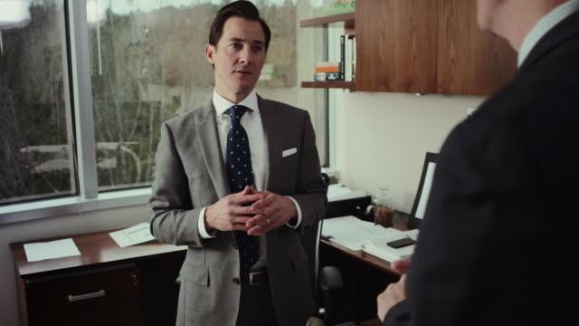 vídeos de stock, filmes e b-roll de businessmen in discussion - negativo tipo de imagem