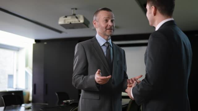stockvideo's en b-roll-footage met businessmen meeting in office and shaking hands - compleet pak