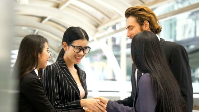 新しいパートナーと ds ms ビジネスマン会議 - 合意点の映像素材/bロール