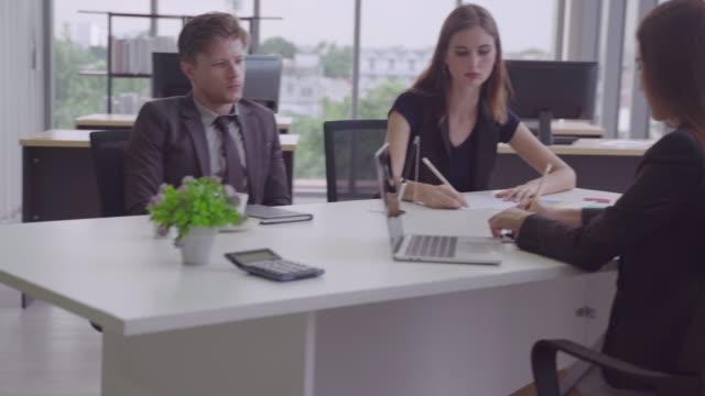 異なる国籍のビジネスマンは、現在、会議テーブル上の特定の身体部分に署名されています。 - 討論点の映像素材/bロール