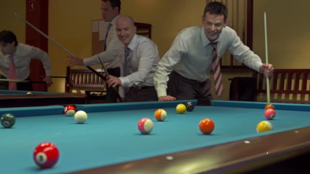 vídeos y material grabado en eventos de stock de dolly hd: hombres jugando billar - salón de billares
