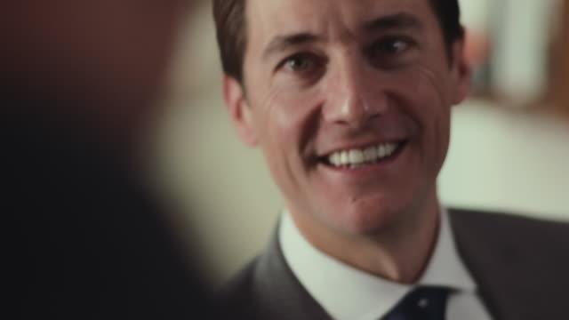 vídeos de stock e filmes b-roll de businessmen shake hands. - cumprimentar