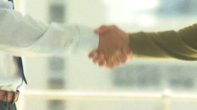 stockvideo's en b-roll-footage met businessmen shaking hands, cape town south africa - iemand een hand geven