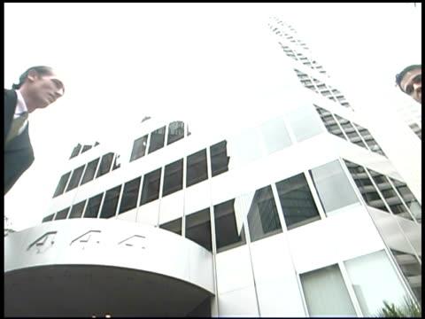vídeos y material grabado en eventos de stock de businessmen shaking hands in city - encuadre de tres cuartos