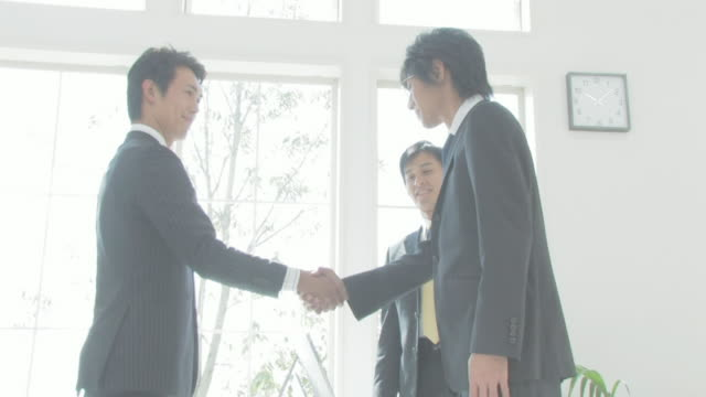 businessmen shaking hands - solo giapponesi video stock e b–roll