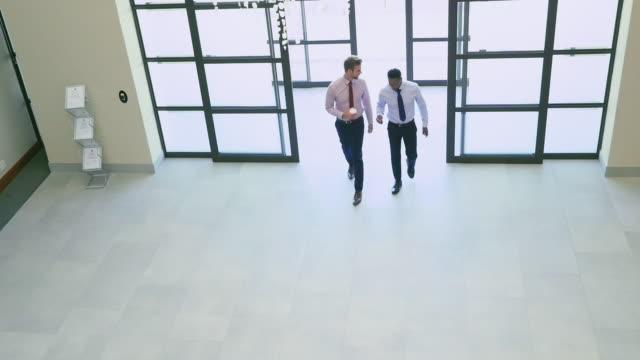 vídeos de stock e filmes b-roll de businessmen walking - town hall