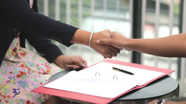 geschäftsleute unterzeichnen einen geschäftsvertrag. - darlehen stock-videos und b-roll-filmmaterial
