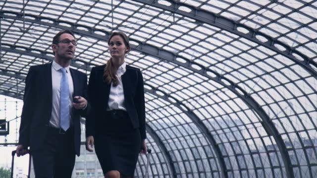 vídeos y material grabado en eventos de stock de los empresarios en estación - pasajero