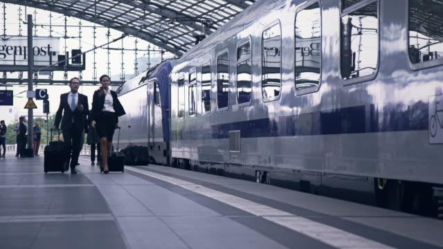 vídeos y material grabado en eventos de stock de los empresarios en estación - tren