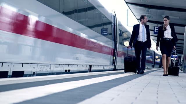 vidéos et rushes de hommes d'affaires à la station - quai de gare