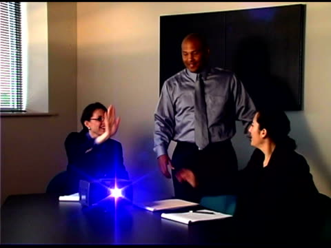 vidéos et rushes de businesspeople cheering in conference room - engagement des employés