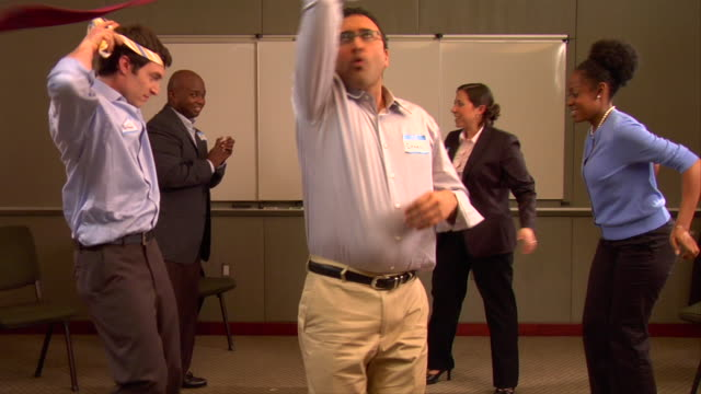 vídeos de stock, filmes e b-roll de ms, businesspeople dancing in conference room - camisa e gravata