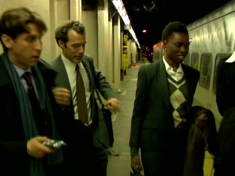 stockvideo's en b-roll-footage met cu, businesspeople entering train, chappaqua, new york state, usa - compleet pak