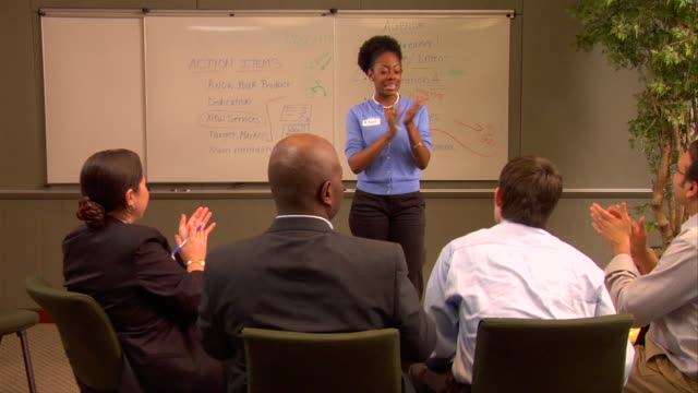 vidéos et rushes de ms, pan, businesspeople giving presentation in conference room - chemise et cravate