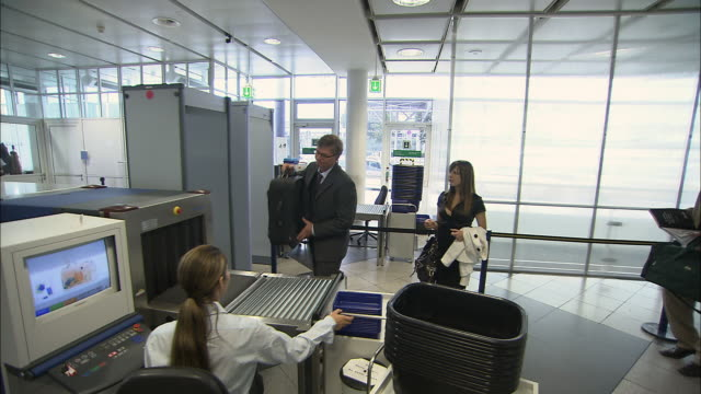 ws pan businesspeople going through airport security checkpoint/ munich, germany - sicherheitsgefühl stock-videos und b-roll-filmmaterial