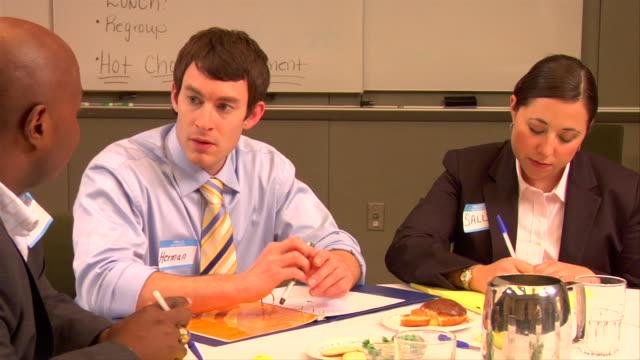 vidéos et rushes de cu, pan, businesspeople having meeting in conference room - chemise et cravate