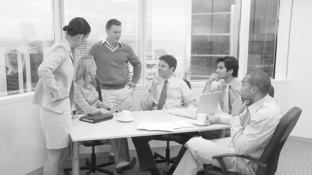 businesspeople holding meeting in office - カンファレンス点の映像素材/bロール