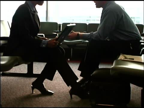 vídeos y material grabado en eventos de stock de businesspeople in airport - menos de diez segundos