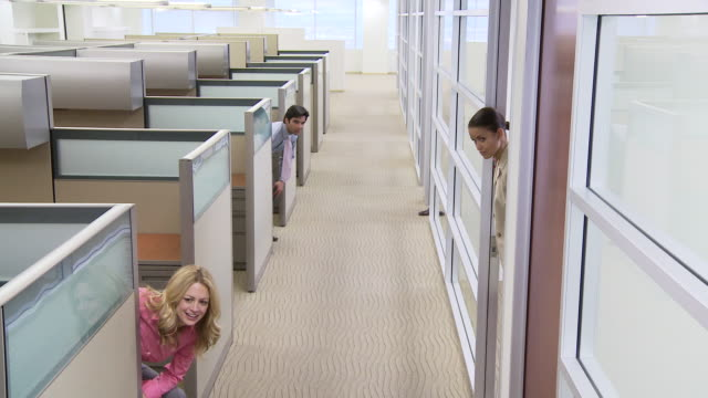 vídeos de stock e filmes b-roll de businesspeople jumping out of offices and running down hallway - local de trabalho