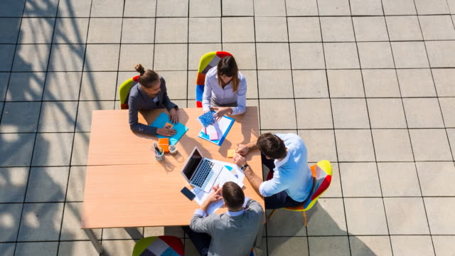 ha businesspeople meeting outdoors around table - blick nach unten stock-videos und b-roll-filmmaterial