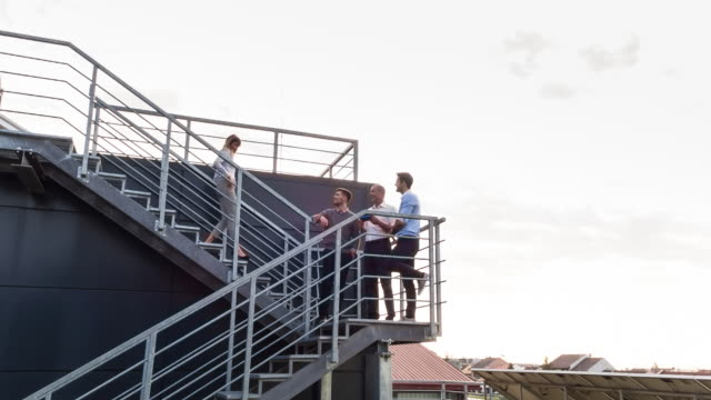 vidéos et rushes de ws businesspeople meeting outdoors on staircase - se déplacer vers le bas
