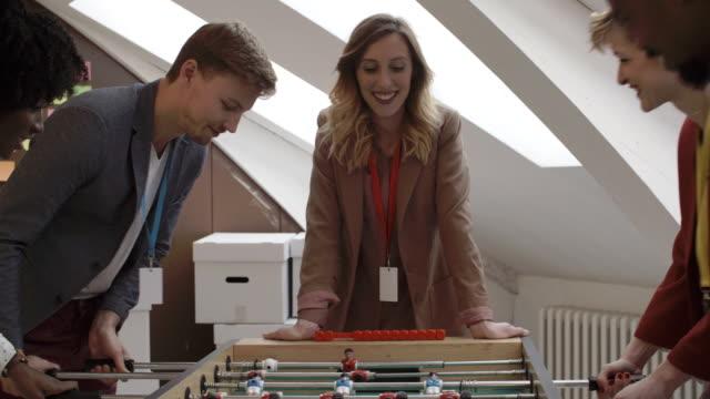 vidéos et rushes de hd: hommes jouer au baby-foot dans le creative démarrage bureau. - 25 29 ans