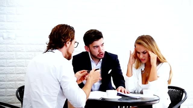 vídeos de stock, filmes e b-roll de reunião de empresários sério. - discutindo
