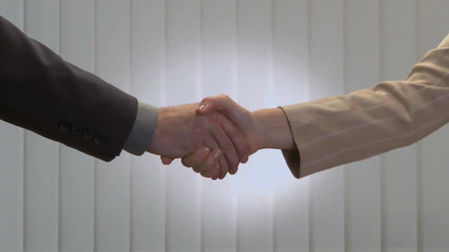 stockvideo's en b-roll-footage met cu businesspeople shaking hands / ljubljana, slovenia - manchet mouw