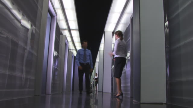 vídeos de stock, filmes e b-roll de ws, businesspeople talking in corridor - camisa e gravata