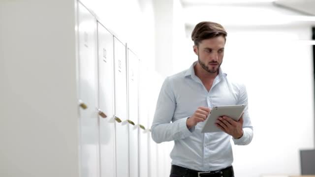 HD: Businesspeople Using Digital Tablet.