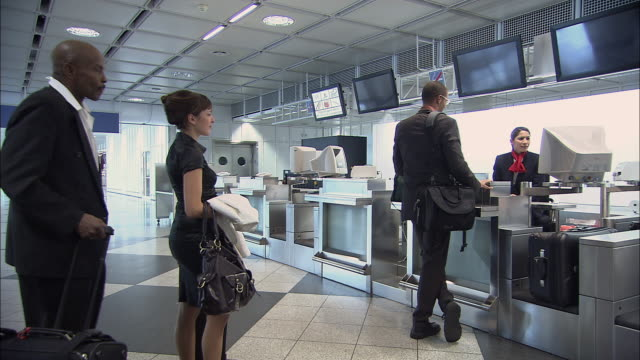 ms businesspeople waiting in line at airport check-in counter/ munich, germany - コンコース点の映像素材/bロール