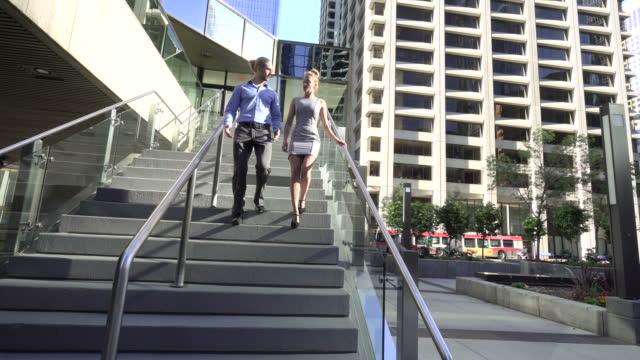 Ondernemers lopen trap af van een kantoorgebouw
